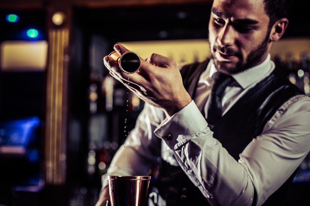 London-Waiters-and-bartenders-mixologists-cocktail-catering